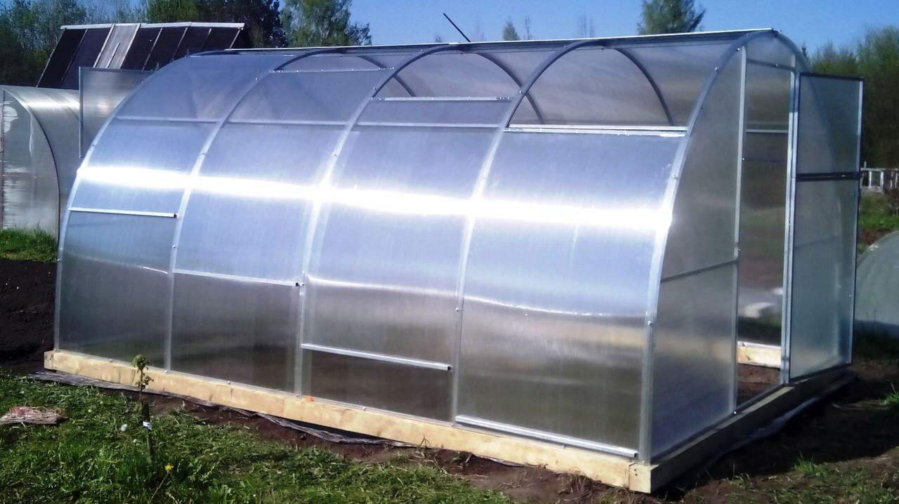 В некоторых конструкциях листы поликарбоната не прикручиваются, а вставляются в направляющие пазы
