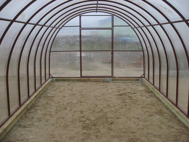 Теплая поликарбонатная крыша надежная и долговечная, создает ощущение комфорта и уюта
