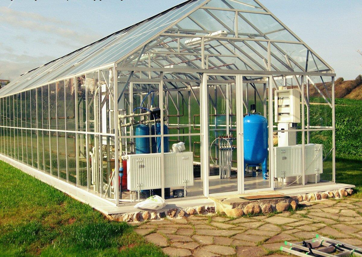 Устанавливать отопительное оборудование в теплицу стоит в том случае, если вы собираетесь выращивать в ней растения в холодное время года