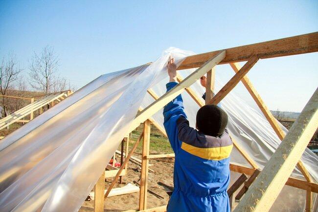 Сложностей с накрытием крыши теплицы пленкой, меньше всего