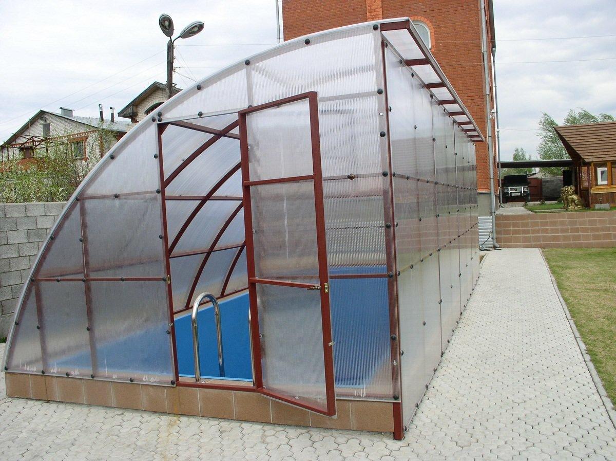 Бассейн можно разместить как в односкатной, так и в двухскатной теплице