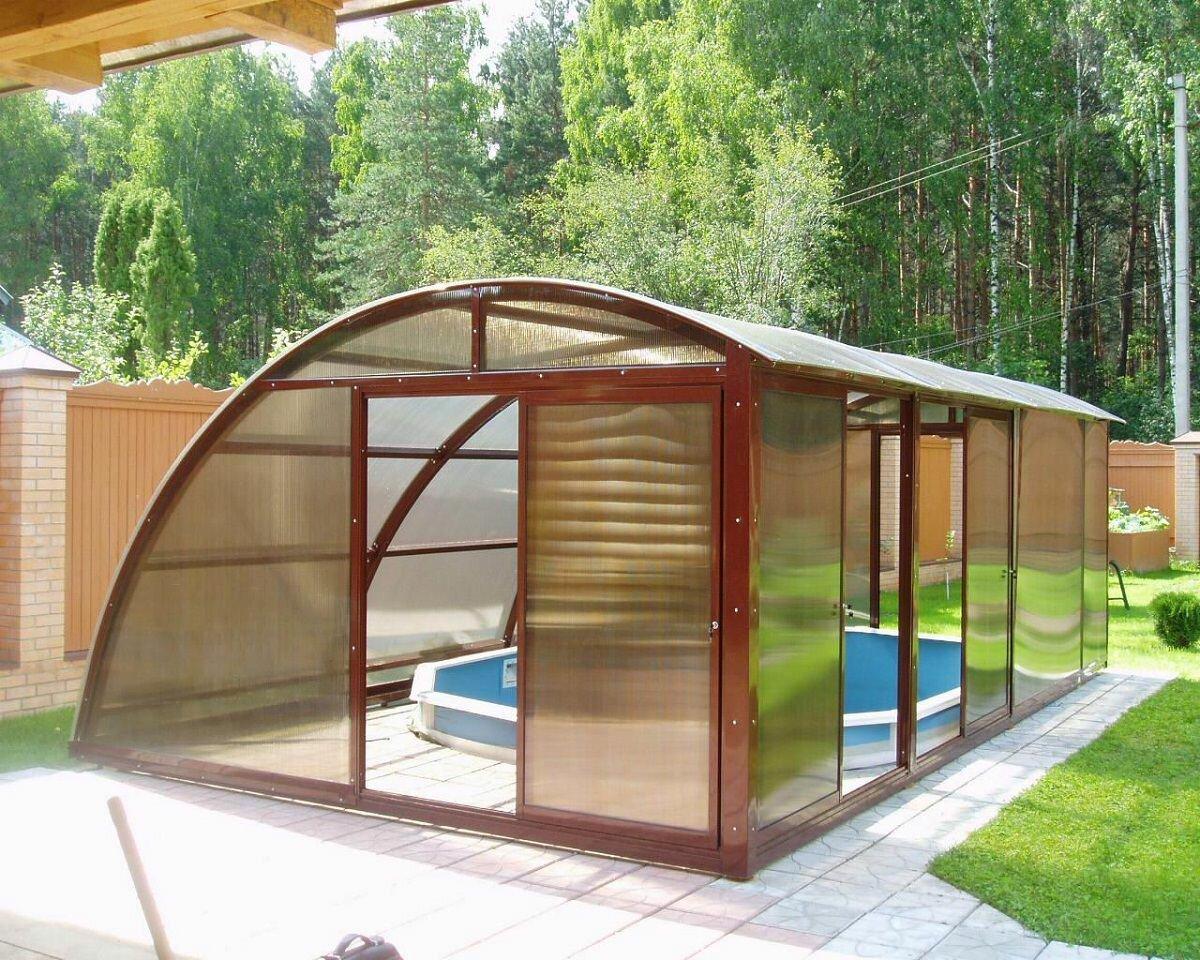 Каркас теплицы с бассейном может быть изготовлен из металла, алюминия или пластика