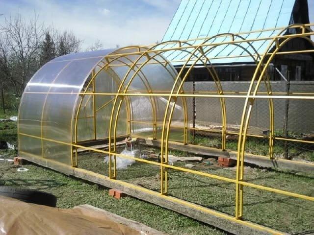 Металлический каркас надежней, а поликарбонатная крыша прослужит долгое время