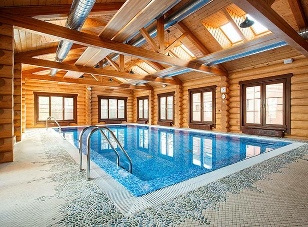 Особое внимание при обустройстве бассейна в частном доме следует уделить размеру и месту размещения будущей конструкции
