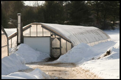 Несмотря на кажущуюся сложность, строительство зимней теплицы по силам любому дачнику
