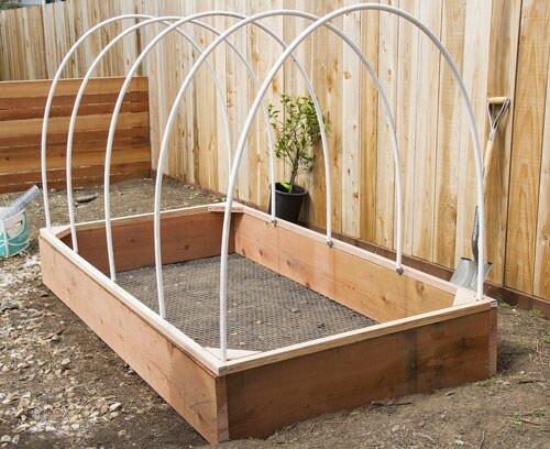 Парник из подручного материала сможет прослужить садоводу долгие годы