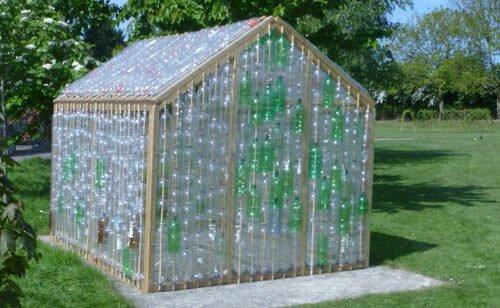 Бюджетным вариантом для обустройства теплицы являются пластиковые бутылки