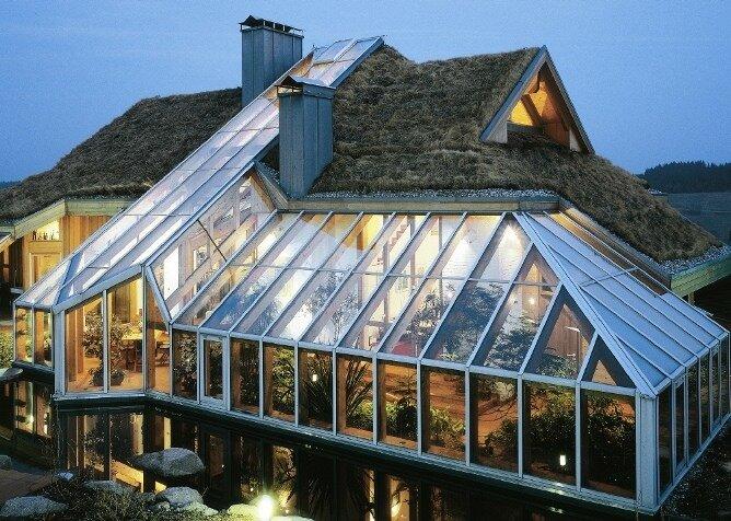 Обустроить практичную теплицу вполне можно на крыше дома своими руками