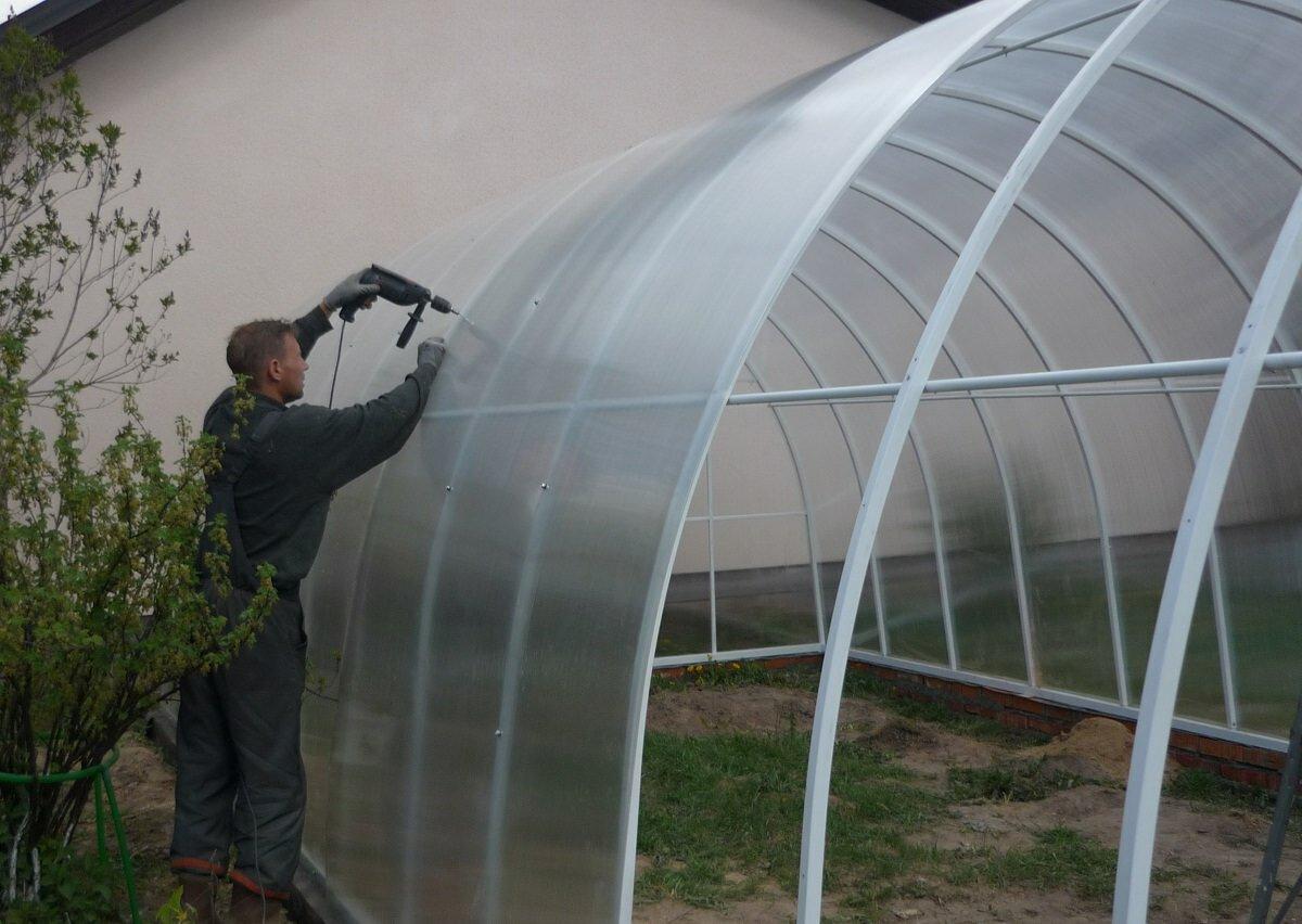 Чтобы самостоятельно построить теплицу, потребуется поликарбонат, каркас, основание и инструменты